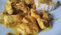 Petto di pollo al curry con cipolle e salsa allo yogurt