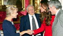 Kate Middleton splendida in rosso, ma per la regina l'abito è ancora troppo corto