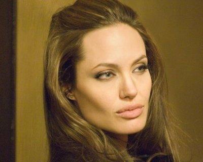 Nuova operazione chirurgica per Angelina Jolie