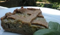 Torta salata con melanzane ricca di prodotti dell'estate