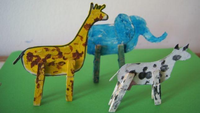 Gli animali dello zoo con le mollette da bucato