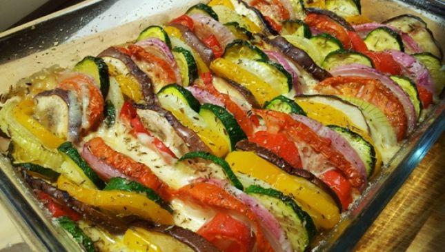 Teglia colorata di verdure estive al forno
