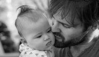 Quali sono le posizioni per far fare il ruttino a un neonato?