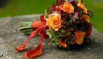 Fiori e frutta per il bouquet da sposa in autunno