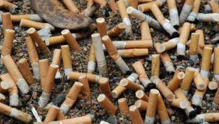Mozziconi di sigarette e gomme da masticare: multe per chi le getta a terra