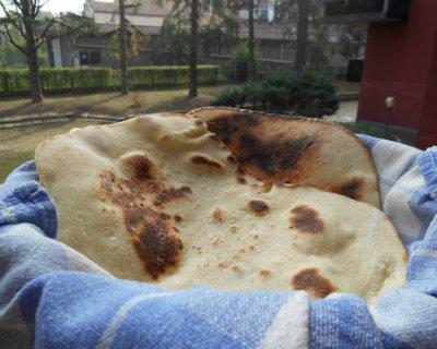 Pane naan, porta in tavola il pane indiano
