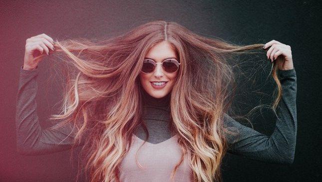 Suggerimenti e acconciature per capelli lunghi scalati