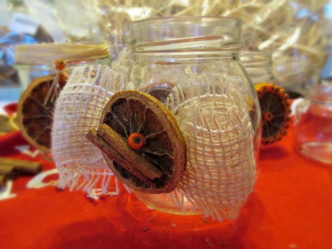 Con il fil di ferro per decorazioni e una fetta di arancia secca il ...