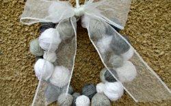 Ghirlanda natalizia con gomitoli di lana