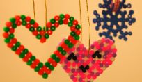 Decorazioni di Natale da fare con i bambini usando le perline hama