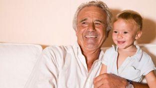 Padre a 60 anni: pro e contro di essere un genitore anziano