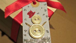 Bigliettino di Natale con pupazzo di neve di bottoni